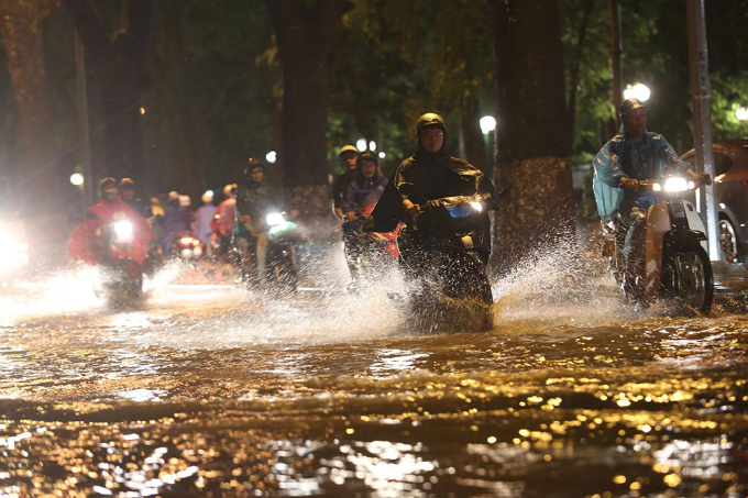 widespread-flooding-almost-paralyzes-hanoi-after-downpour-1