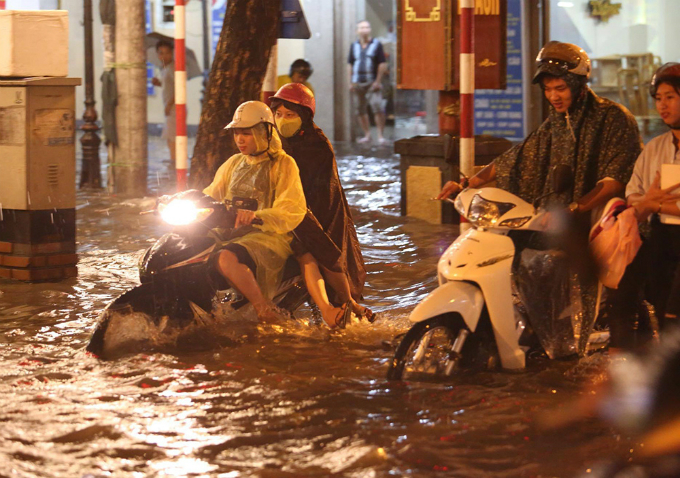 widespread-flooding-almost-paralyzes-hanoi-after-downpour-2