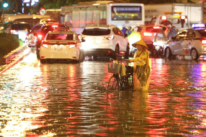 widespread-flooding-almost-paralyzes-hanoi-after-downpour-3