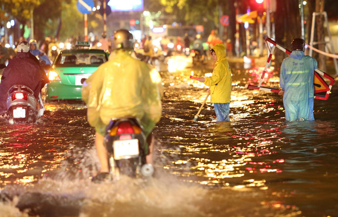 widespread-flooding-almost-paralyzes-hanoi-after-downpour-5