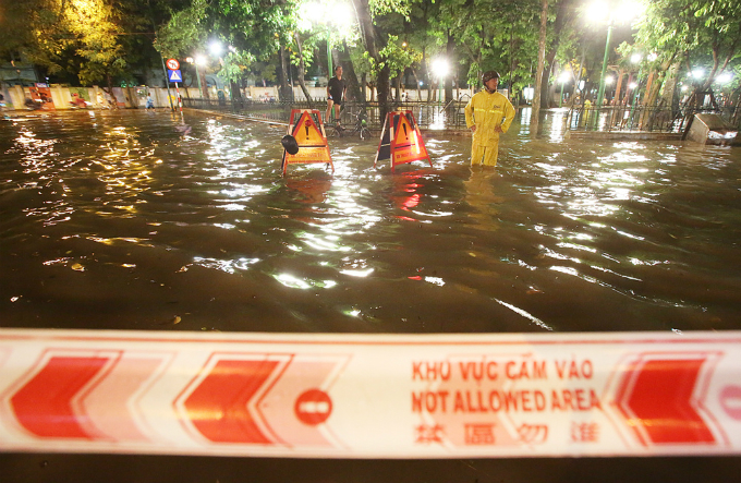 widespread-flooding-almost-paralyzes-hanoi-after-downpour-6