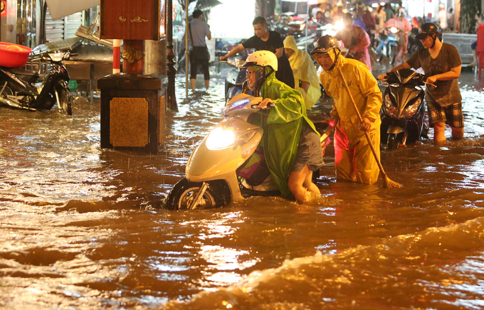 widespread-flooding-almost-paralyzes-hanoi-after-downpour-8