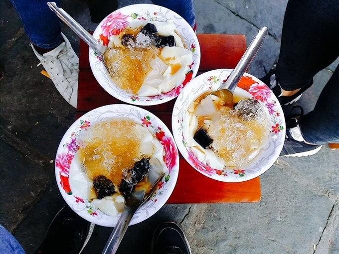 Walking along Hoai River in the evening, you will see many street vendors selling Tofu pudding surrounded by many customers. A bowl of Tofu pudding with sweet and spicy ginger soup, white jelly, coconut milk gives you a tender feeling of coolness and sweetness. Each bowl costs around VND 10,000 (less than half $1). Photo credit: Xuan Phu.