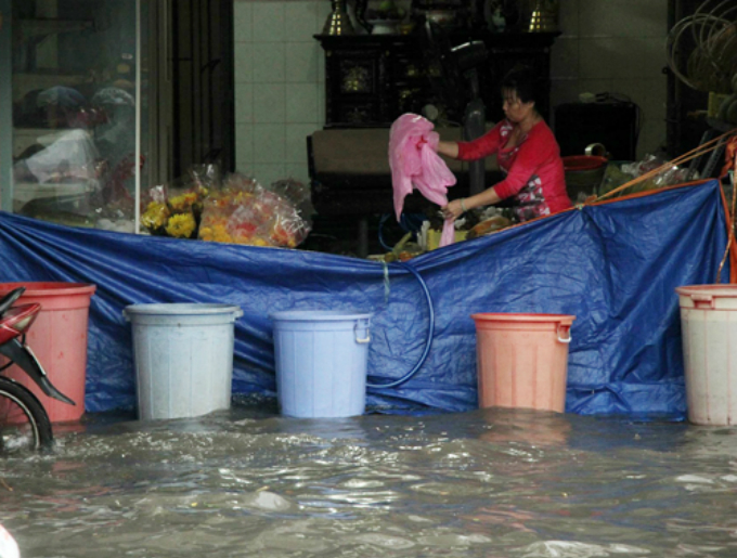 rain-and-floods-leave-motorcyclists-stranded-in-saigon-1