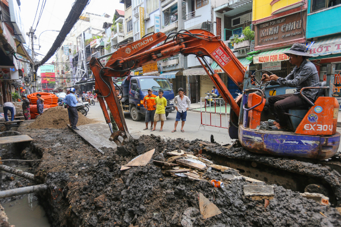 show-must-go-on-saigons-bui-vien-street-stays-open-construction-rubble