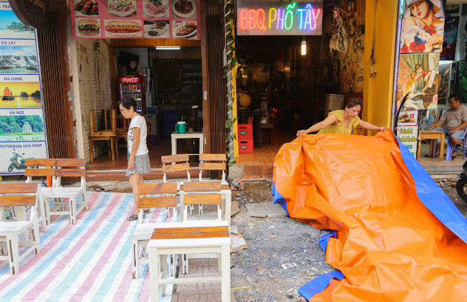 show-must-go-on-saigons-bui-vien-street-stays-open-construction-rubble-2