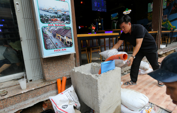 show-must-go-on-saigons-bui-vien-street-stays-open-construction-rubble-6