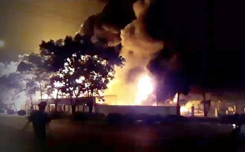 Fire engulfs warehouse near Noi Bai Airport in Hanoi