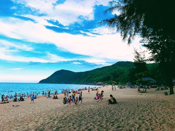 Bai Dong, which literally means Eastern Beach, is located in Nghi Son peninsula in Tinh Gia district, 60 km away from Thanh Hoa City. Every weekend, the beach is full of visitors from northern localities.