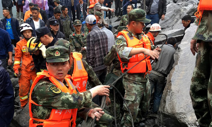 hopes-dim-in-search-for-118-buried-by-china-landslide