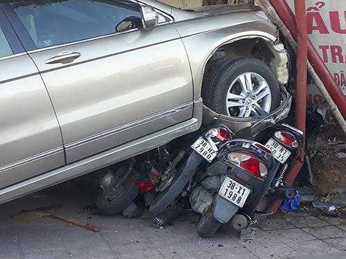 Car crushes 12 motorbikes in Vietnam