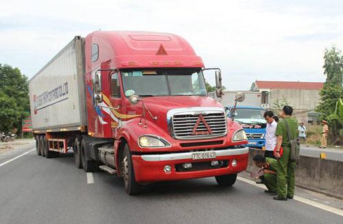Shocking video shows policeman thrown off running truck in central Vietnam