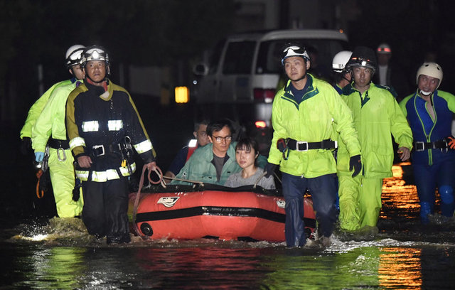 at-least-10-missing-and-400-000-evacuated-as-heavy-rain-pounds-japan-1