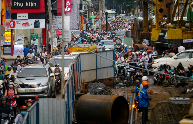 in-saigon-dealing-with-gridlock-means-causing-more-gridlock-first-4