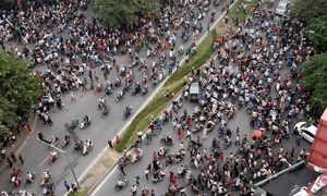 Tourists explain the magic of Vietnamese traffic