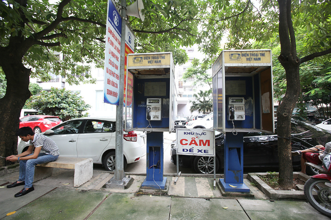 Telephone booths first made presence in Hanoi in late 1990s. By 2003, the city owned around 11,000 booths.