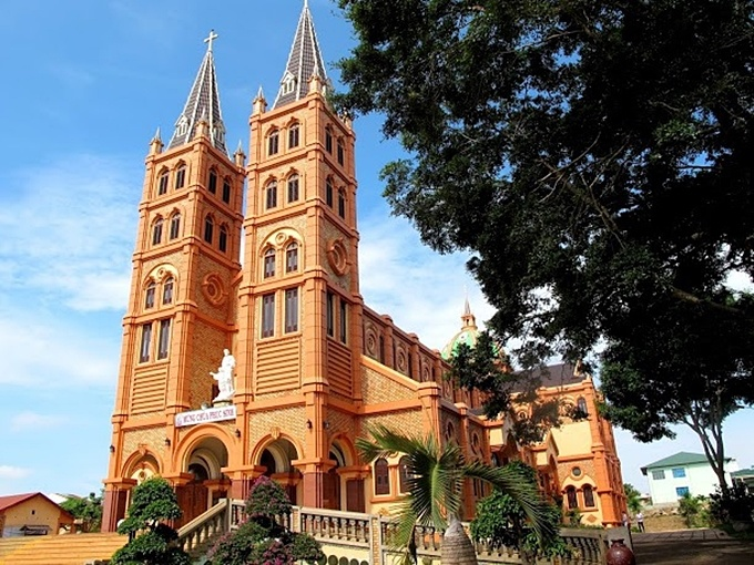 10-churches-with-curious-nicknames-on-a-tour-of-vietnam-ed-4
