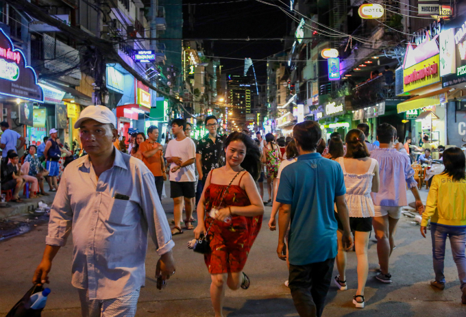 this-is-what-saigons-backpacker-walking-street-looks-like-these-days-6