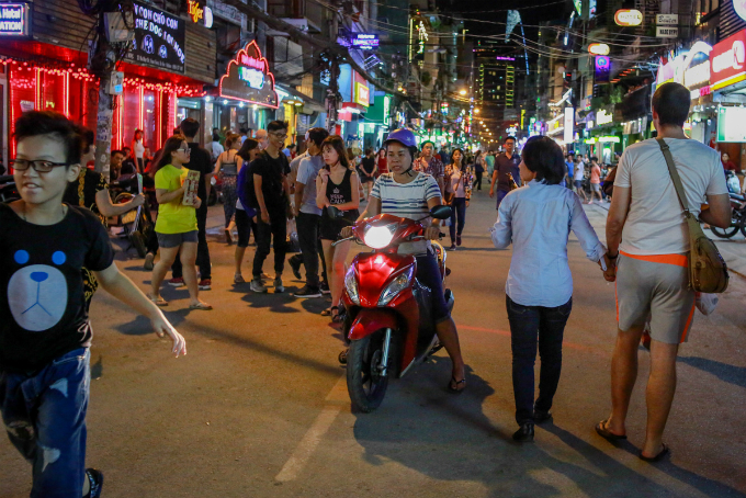 this-is-what-saigons-backpacker-walking-street-looks-like-these-days-7