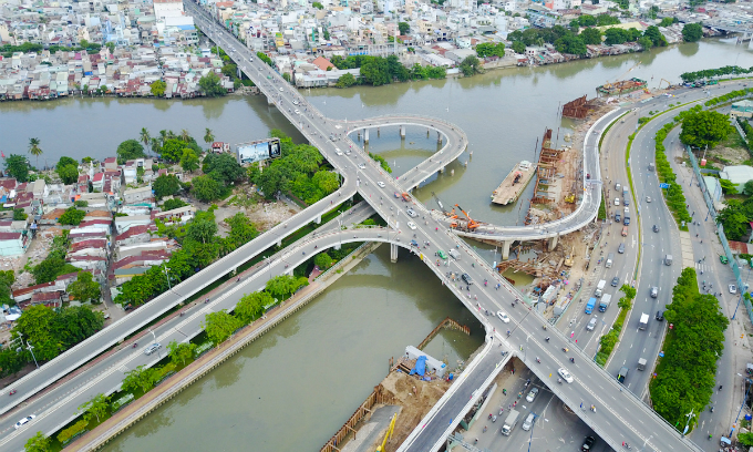 the-flying-curves-that-are-lifting-saigon-traffic-4