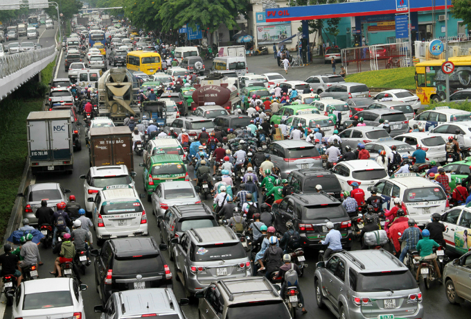 traffic-left-paralyzed-for-hours-on-roads-to-saigon-airport