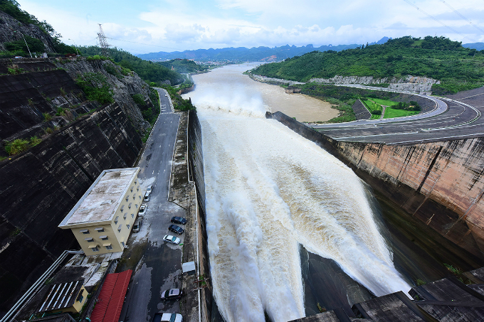 vietnamese-thrill-seekers-risk-life-and-limb-to-catch-breathtaking-glimpse-of-southeast-asias-largest-dam