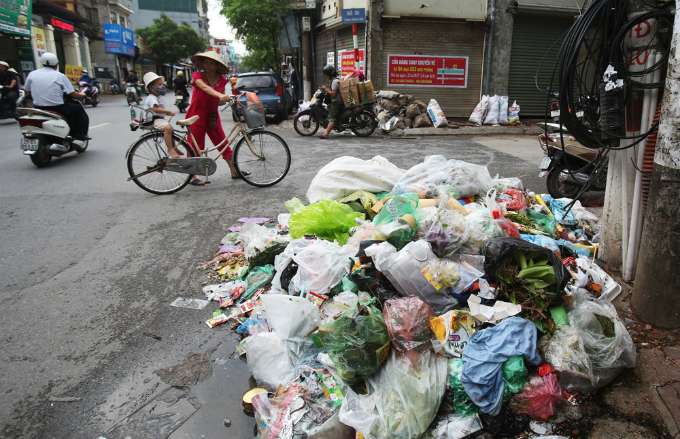 obscene-piles-of-trash-continue-to-blight-hanois-streets-months-after-dumping-ban-1