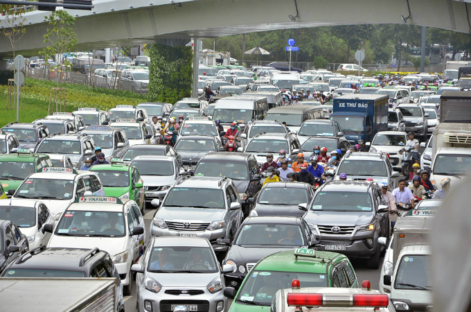 traffic-left-paralyzed-for-hours-on-roads-to-saigon-airport-1