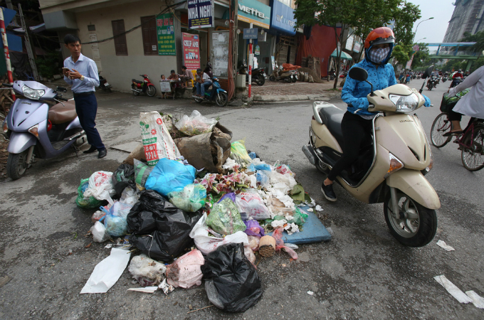 obscene-piles-of-trash-continue-to-blight-hanois-streets-months-after-dumping-ban-2