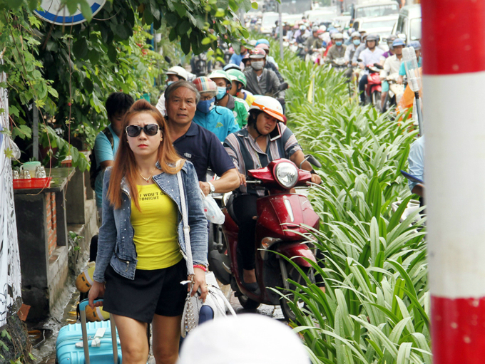 traffic-left-paralyzed-for-hours-on-roads-to-saigon-airport-3