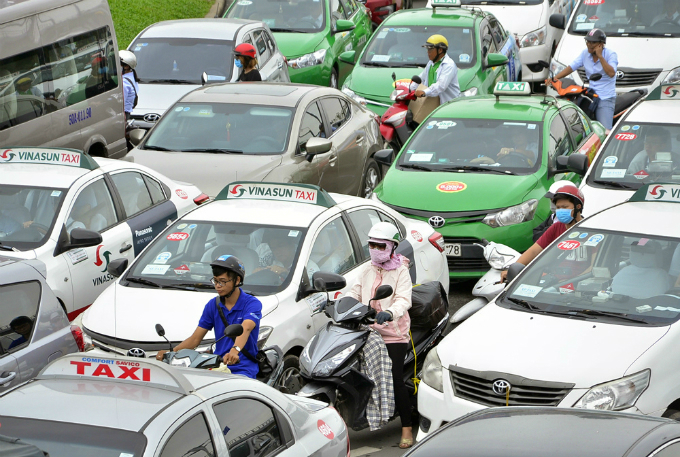 traffic-left-paralyzed-for-hours-on-roads-to-saigon-airport-4