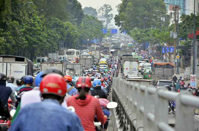 traffic-left-paralyzed-for-hours-on-roads-to-saigon-airport-5