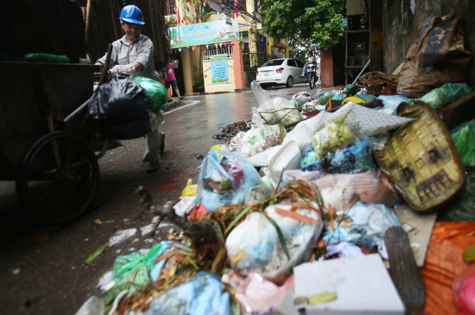 obscene-piles-of-trash-continue-to-blight-hanois-streets-months-after-dumping-ban-7