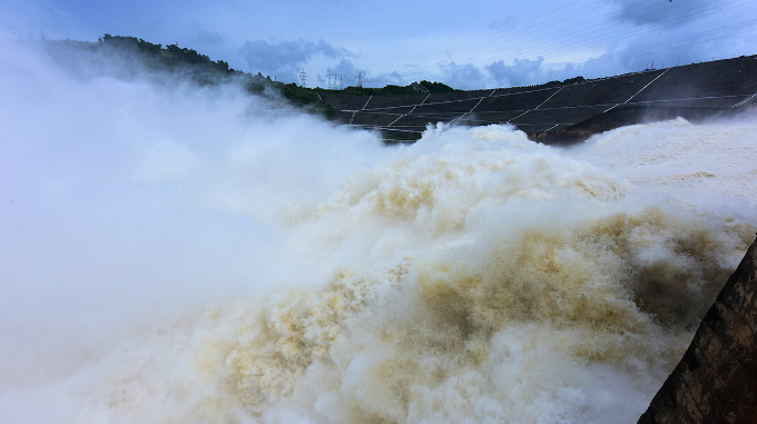 vietnamese-thrill-seekers-risk-life-and-limb-to-catch-breathtaking-glimpse-of-southeast-asias-largest-dam-8