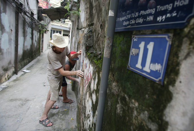 us-veteran-gives-hanois-walls-a-fresh-coat-of-paint-with-a-little-help-from-his-friends