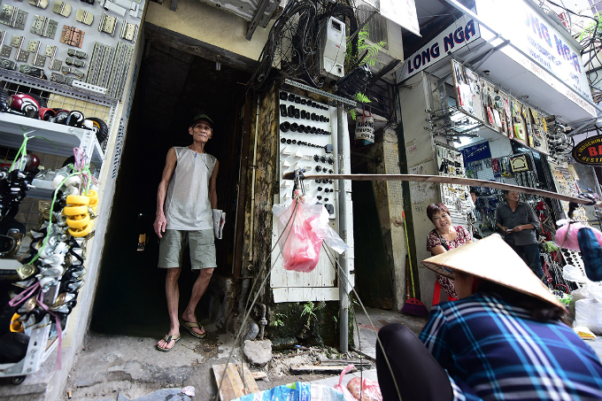 think-your-apartment-is-too-small-take-a-look-at-this-cage-home-in-hanoi-7