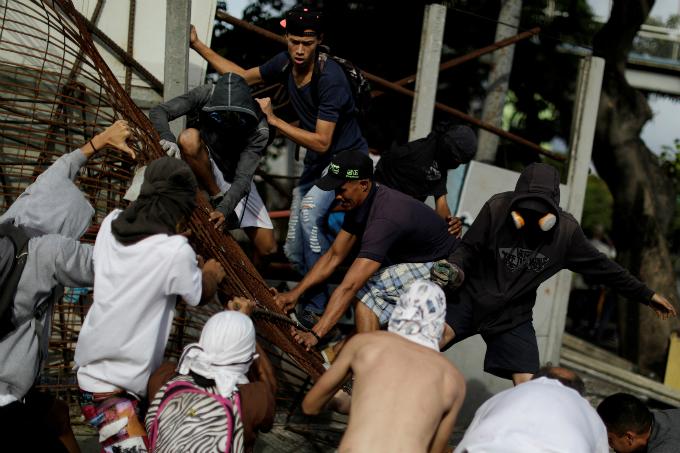 clashes-kill-five-as-venezuela-crisis-deepens-ahead-of-vote-1