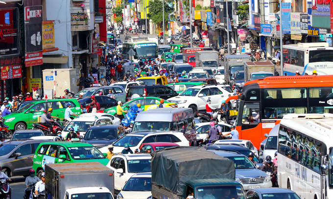 Saigon restarts plan to adjust school, office hours to clear clogged streets