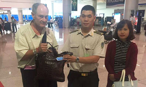 American man handed back $17,000 he left at Saigon airport