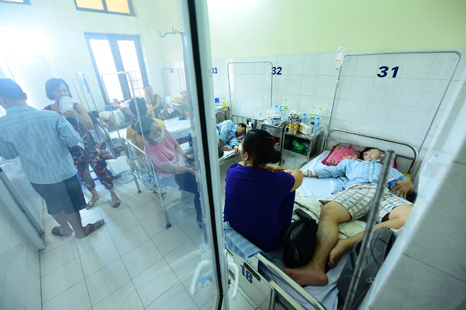 dengue-outbreak-forces-hanoi-hospitals-to-cram-in-patients-1