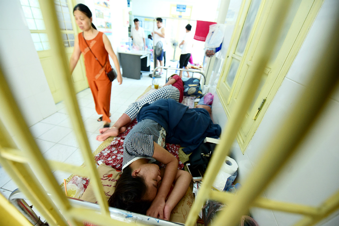dengue-outbreak-forces-hanoi-hospitals-to-cram-in-patients-4