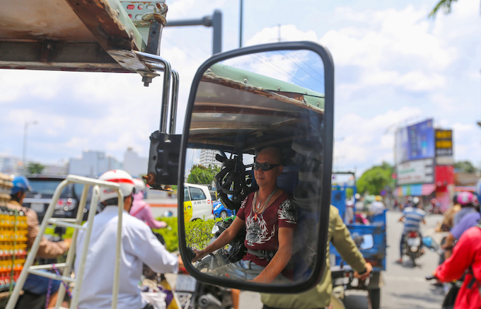 the-chair-repair-shop-that-runs-everywhere-in-saigon-3