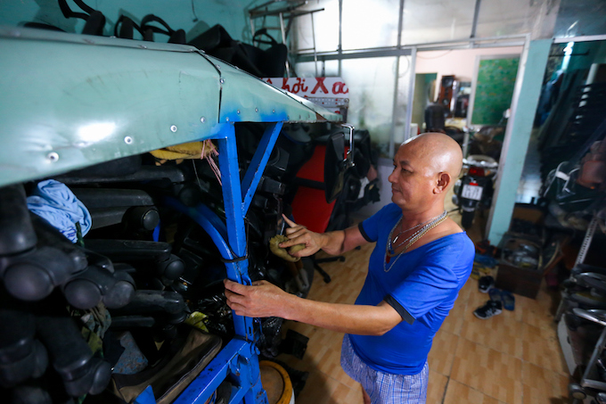 the-chair-repair-shop-that-runs-everywhere-in-saigon-4