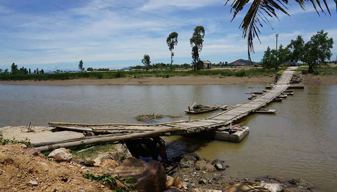 bridge-of-death-stands-between-vietnamese-village-and-outside-world
