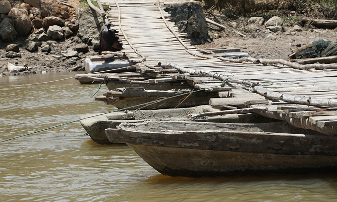bridge-of-death-stands-between-vietnamese-village-and-outside-world-1