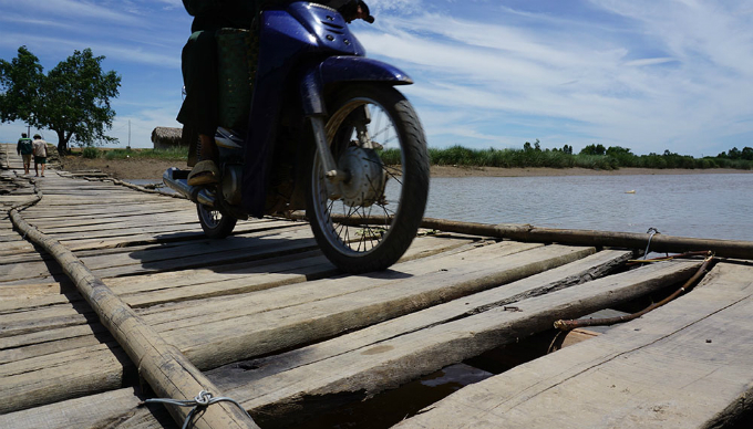 bridge-of-death-stands-between-vietnamese-village-and-outside-world-2