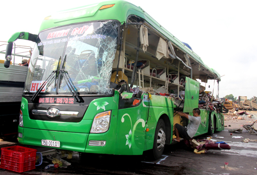 5-killed-in-collision-between-sleeper-coach-and-truck-in-central-vietnam