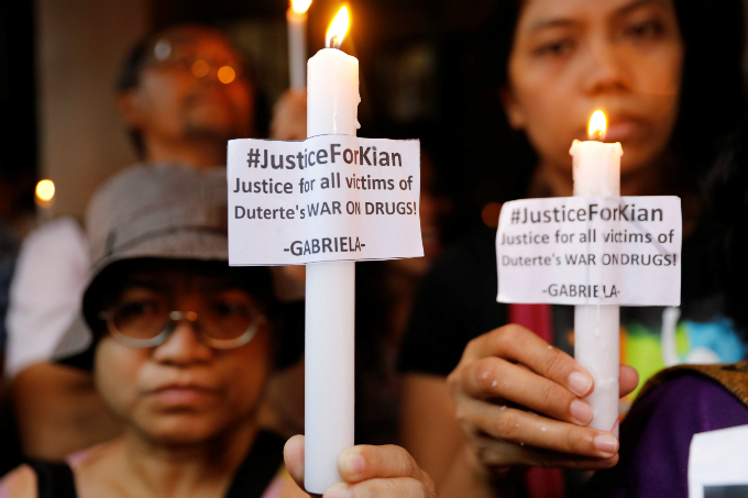 Residents and protesters hold lighted candles at the wake of Kian Loyd delos Santos, a 17-year-old high school student, who was among the people shot dead last week in an escalation of President Rodrigo Dutertes war on drugs in Caloocan city, Metro Manila, Philippines August 21, 2017. Photo by Reuters/Erik De Castro