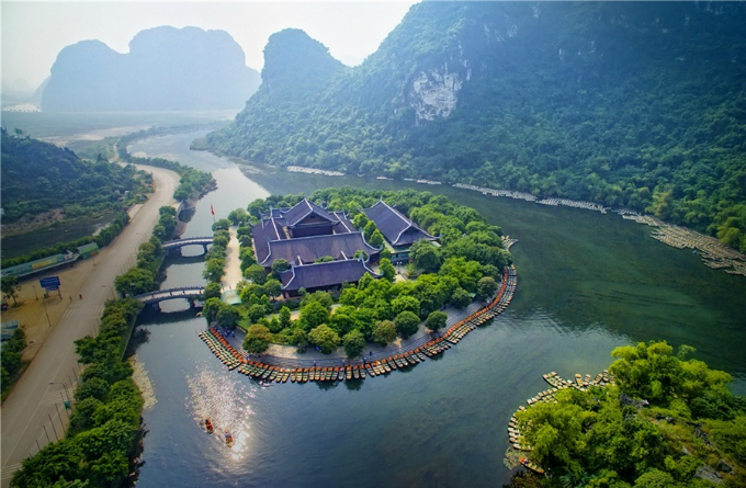 A UNESCO world heritage site since 2014, Trang An Ecological Tourist Site is famous for its stunning blue water, and rich fauna and flora. Tourists often take a boat to wander around. Each boat can contain up to four people with ticket price of VND150,000 ($6.6) per person.