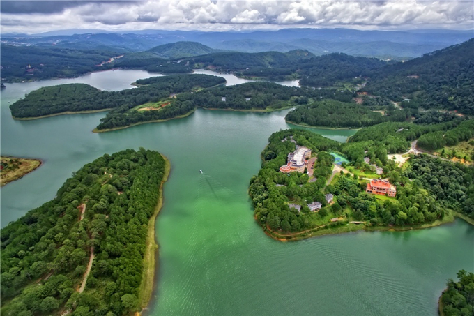 Tuyen Lam Lake is 6 kilometers (3.7 miles) away from downtown Da Lat, where tourists can enjoy a chain of exciting activities such as canoeing, mulberry picking or exploring the nearby forest. In January and February every year, the lake is covered in cherry blossoms.